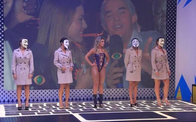 No programa de estreia, as panicats ficaram escondidas por máscaras. A equipe mostrou apenas Babi Rossi, que já integrava o time da atração