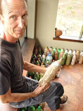 O alemão Christof Rabanus mostra os alimentos que vem armazenando em sua casa