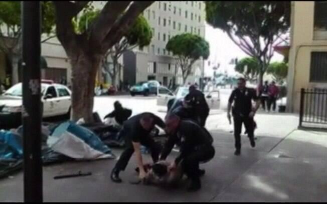 Vídeo registra morte de sem-teto por policiais em Los Angeles