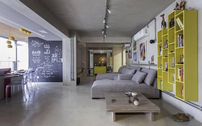 O amarelo e o cinza, cores de 2021 da Pantone, marcam presença no projeto da sala de estar com atmosfera de décor industrial