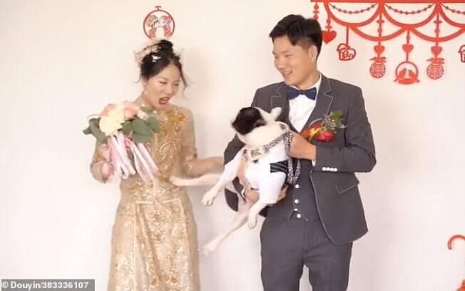 Momento em que o cãozinho chuta a noiva durante ensaio fotográfico