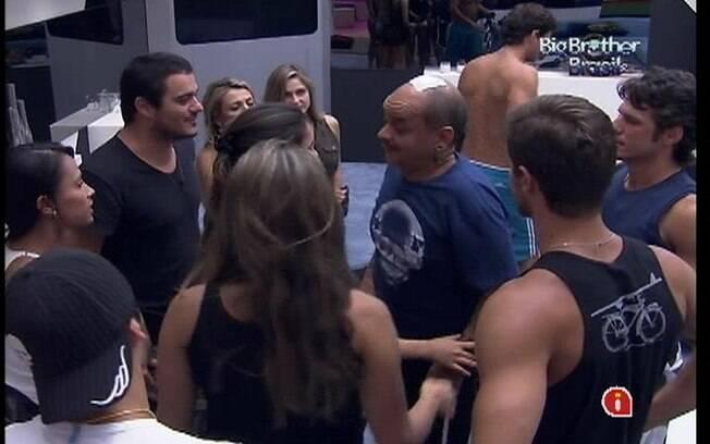 Após atendimento médico, João Carvalho volta para o confinamento e recebe recepção calorosa por parte de todos