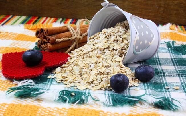 Cereais, aveia, frutas e verduras fazem parte dos alimentos com fibras