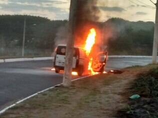 Incêndio chamou a atenção de quem passou pela avenida Juiz Marco Túlio Isaac