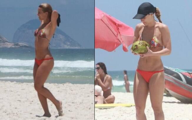 Carolina Dieckmann toma água de coco após se refrescar no mar