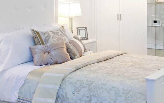 Depois de saber como escolher um colchão, a dica é deixar a cama arrumada, organizada e com visual de capa de revista