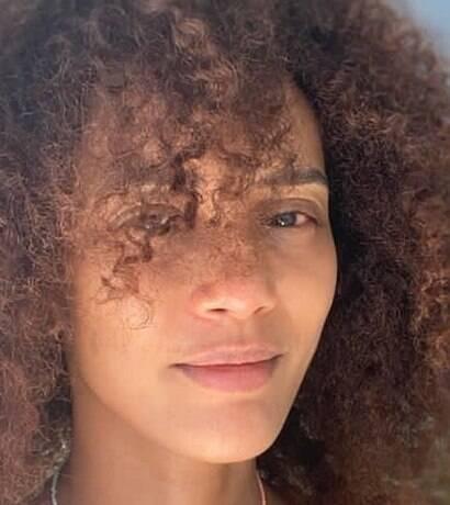 Com foto sem maquiagem, Taís Araújo comemora os 42 anos