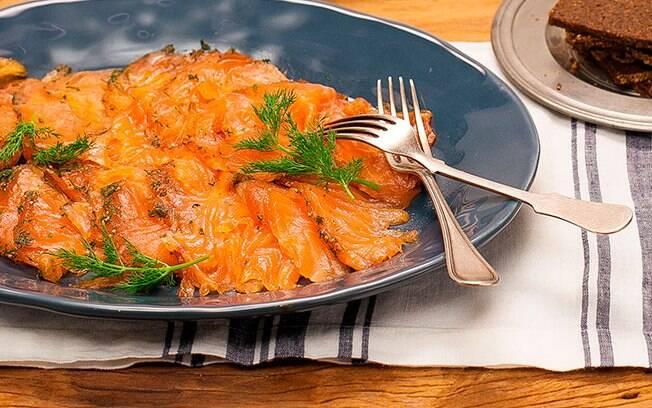 O gravlax de salmão pode demorar, mas é uma delícia e bem elegante