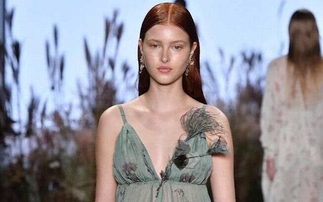 Você pode se inspirar nas tendências apresentadas na SPFW N48, como este vestido com decote da  Fabiana Milazzo