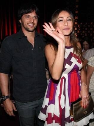 Sabrina Sato e Fábio Faria na chegada ao teatro