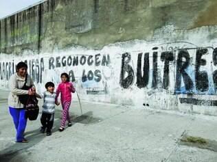 """Pichações. Na Argentina, população se revolta e chama credores norte-americanos de """"abutres"""""""