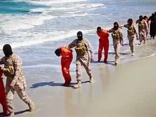 Reféns que aparecem sendo decapitados em praia da Líbia, segundo vídeo divulgado EI