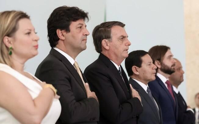 Bolsonaro durante lançamento do programa Médicos pelo Brasil ao lado do ministro da Saúde, Luiz Henrique Mandetta