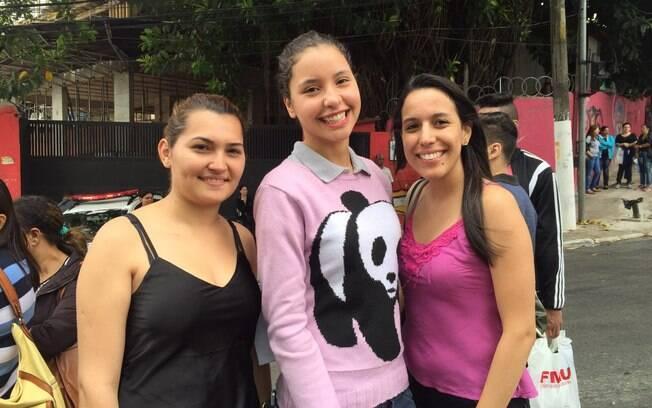 Jeniffer, Gabriela e Fernanda desceram do ônibus e tentaram chegar à pé: não adiantou