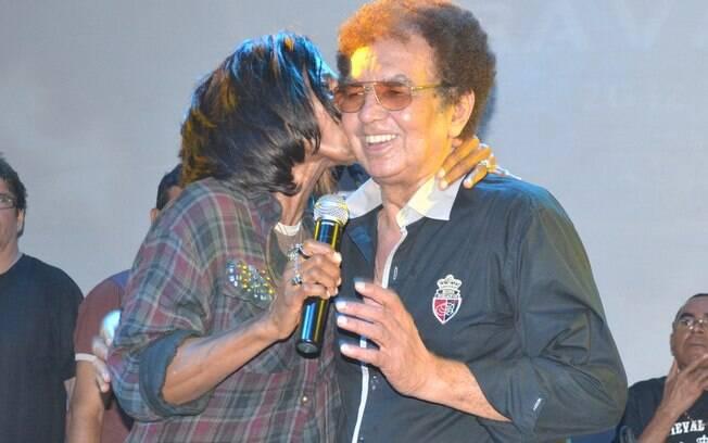 Glória Maria tieta Reginaldo Rossi em Pernambuco, durante o show do cantor