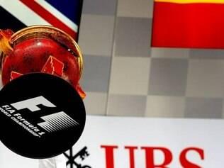 Lewis Hamilton ergue a taça de grande vencedor do Grande Prêmio da China