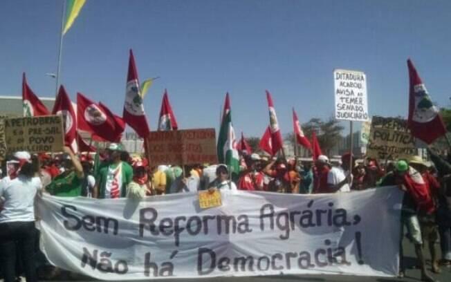 Manifestantes também exibiram faixa, na Esplanada dos Ministérios, pedindo reforma agrária