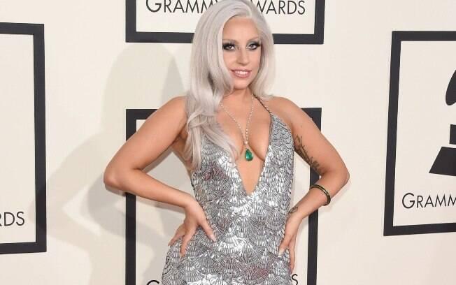 Lady Gaga investiu no look prateado, trabalhado no decote, para o Grammy 2015