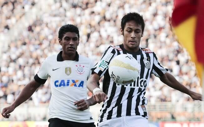 O santista Neymar tenta dominar a bola, sob a  marcação do corintiano Paulinho