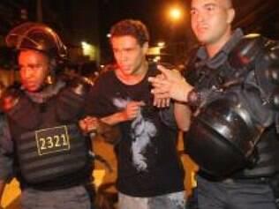 Manifestantes jogaram bombas caseiras em policiais e foram detidos por agressão e desacato