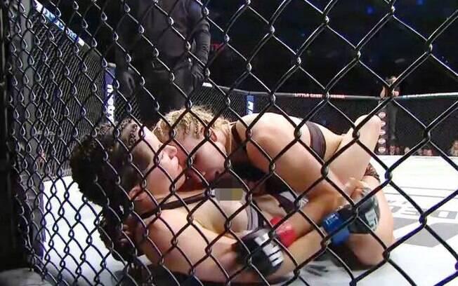 Angela Magaña ficou com os seios à mostra durante o UFC 218 em Detroit, Michigan (EUA)
