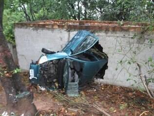 Apesar da gravidade da batida, o condutor do veículo sofreu apenas escoriações pelo corpo