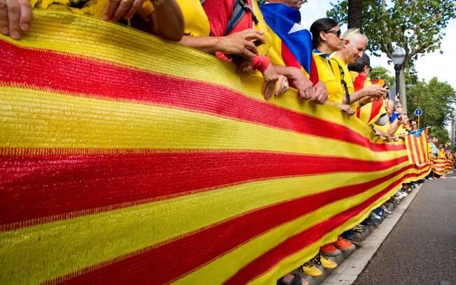 Manifestantes contrários a declaração de independência da Catalunha estão nas ruas de Barcelona neste momento