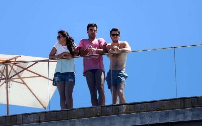 Joshua Bowman surge sem camisa no terraço do hotel