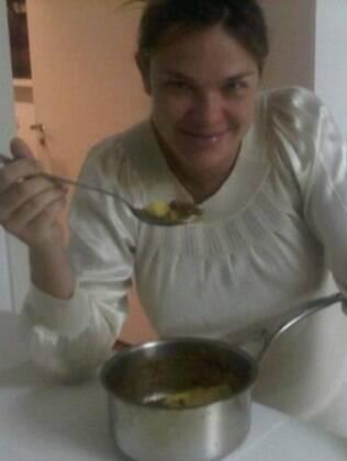 Letícia Birkheuer comento polenta direto da panela