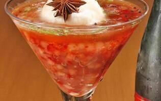 Sagu de tapioca com morango, espumante rosé e sorbet de lichia