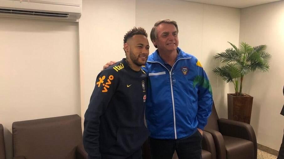 Neymar e Bolsonaro tiram fotos juntos