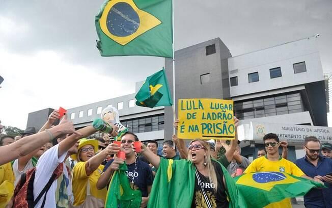 Manifestantes comemoram a ordem de prisão dada pelo juiz Sérgio Moro contra o ex-presidente Lula