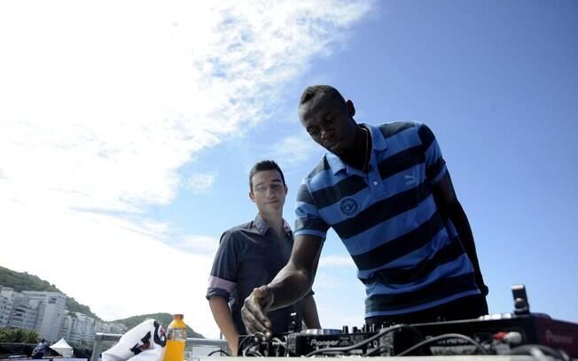 Usain Bolt se divertiu em pick-up do DJ na  praia de Copacana