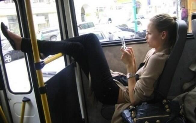 Cadê a espreguiçadeira no busão para dar acesso à pessoa alta?