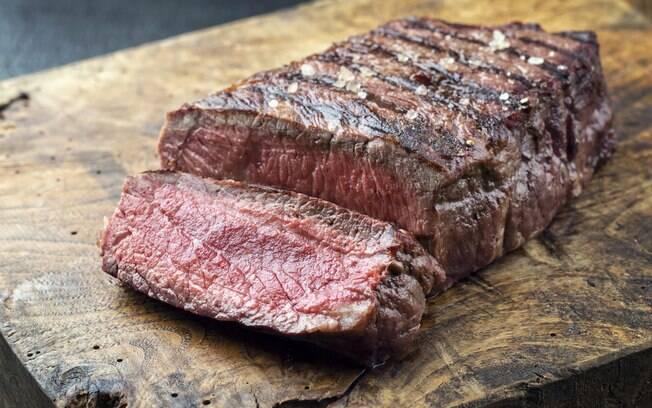 Alimento relacionado à má digestão, como carnes vermelhas, devem passar longe do prato antes do sexo