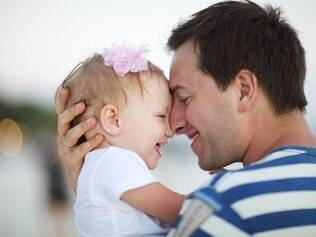 Antes um privilégio das mulheres, tarefa de cuidar dos filhos tem passado para os pais
