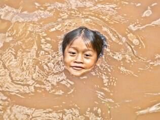 O indiozinho Pataxó, Wekana, nada em rio na Carmésia, no Vale do Rio Doce. Foto: Mariela Guimarães