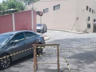 Cidades - Belo Horizonte - Minas Gerais Burraco na rua Inacio Nogueira no bairro Sao Francisco atrapalha transito na regiao.   Foto: Uarlen Valerio / O Tempo -   02.12.2014