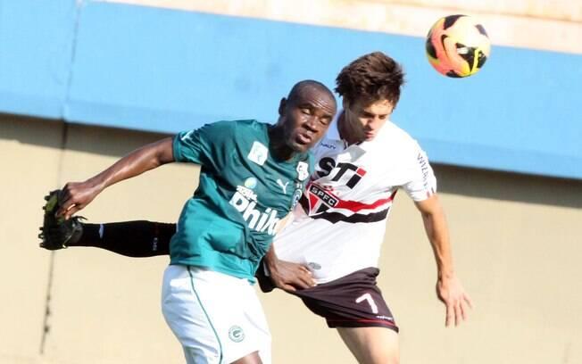 Hugo, do Goiás, e Rodrigo Caio, do São Paulo,  em disputa de bola no jogo pela 23ª rodada do  Brasileirão