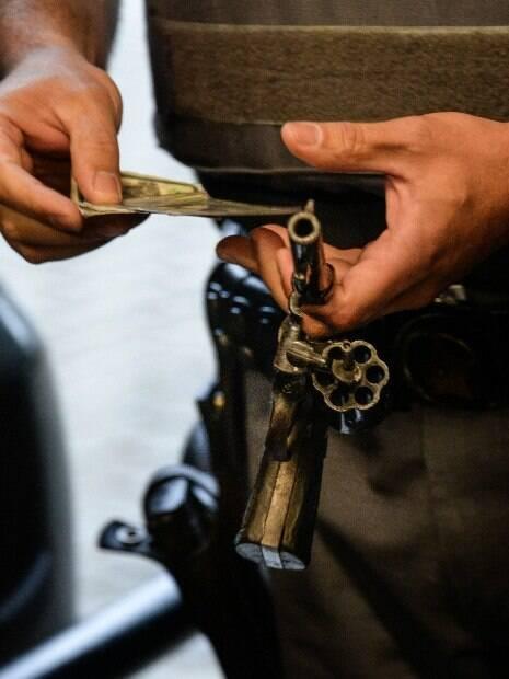 Revolver calibre .38, municiado e com numeração raspada apreendido