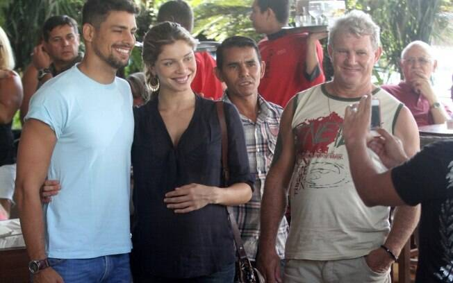 Cauã Reymond e Grazi Massafera posam para fotos ao deixar churrascaria com o pai da atriz, Gilmar Massafera