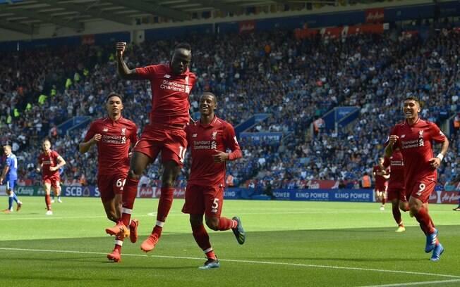 Jogadores do Liverpool comemoram o gol que inaugurou o placar, marcado por Mané