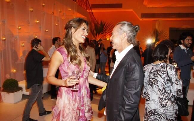 Exibindo cabelos mais claros, Giselle Itié conversa com o autor da novela Ignácio Coqueiro