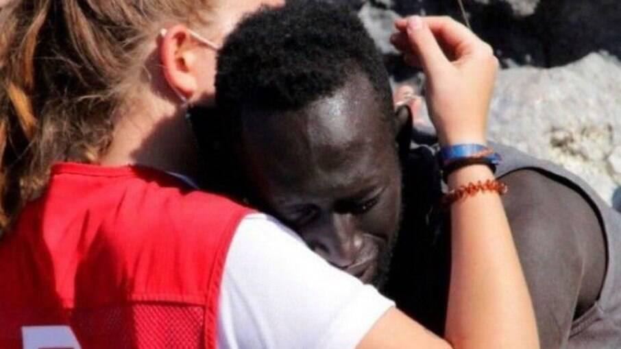 Abraço entre imigrante e voluntária da Cruz Vermelha em Ceuta emociona internautas