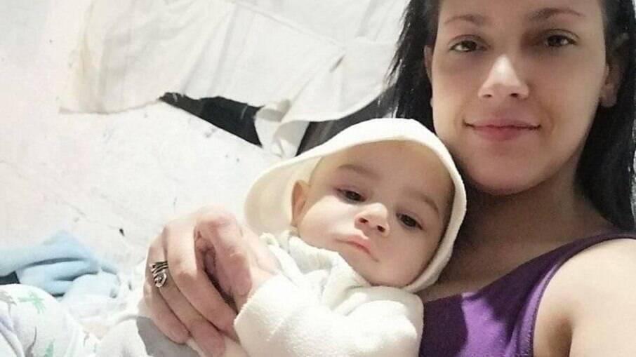 Geisa Sfanini. de 32 anos, e o filho Lucas Gabriel
