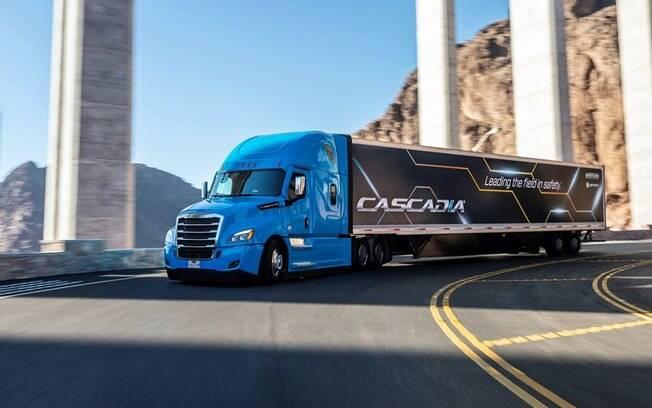 A Daimler começará a vender o caminhão semi-autônomo Freightliner Cascadia, um híbrido inteligente que dirige sozinho