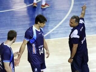 Técnico Nery Tambeiro (à direita) passa instruções ao central Otávio, antes do jogo desta quarta