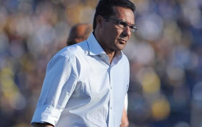 O técnico do Grêmio, Vanderlei Luxemburgo,  antes da partida