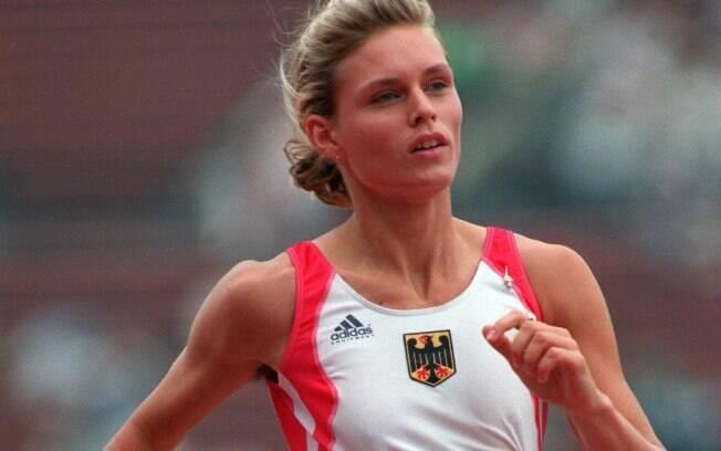 Katrin Krabbe - velocista alemã foi punida em  1991 porque seu exame mostrava urina idêntica a de  outras competidoras. A adulteração é caso de  doping