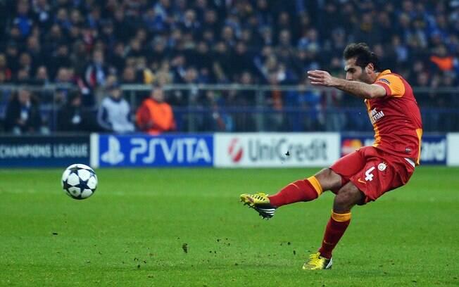 Altintop chuta de longe para anotar o  primeiro gol do Galatasaray na partida